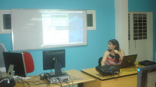 Tatica dictando un taller sobre Inkscape, Gimp y Blender